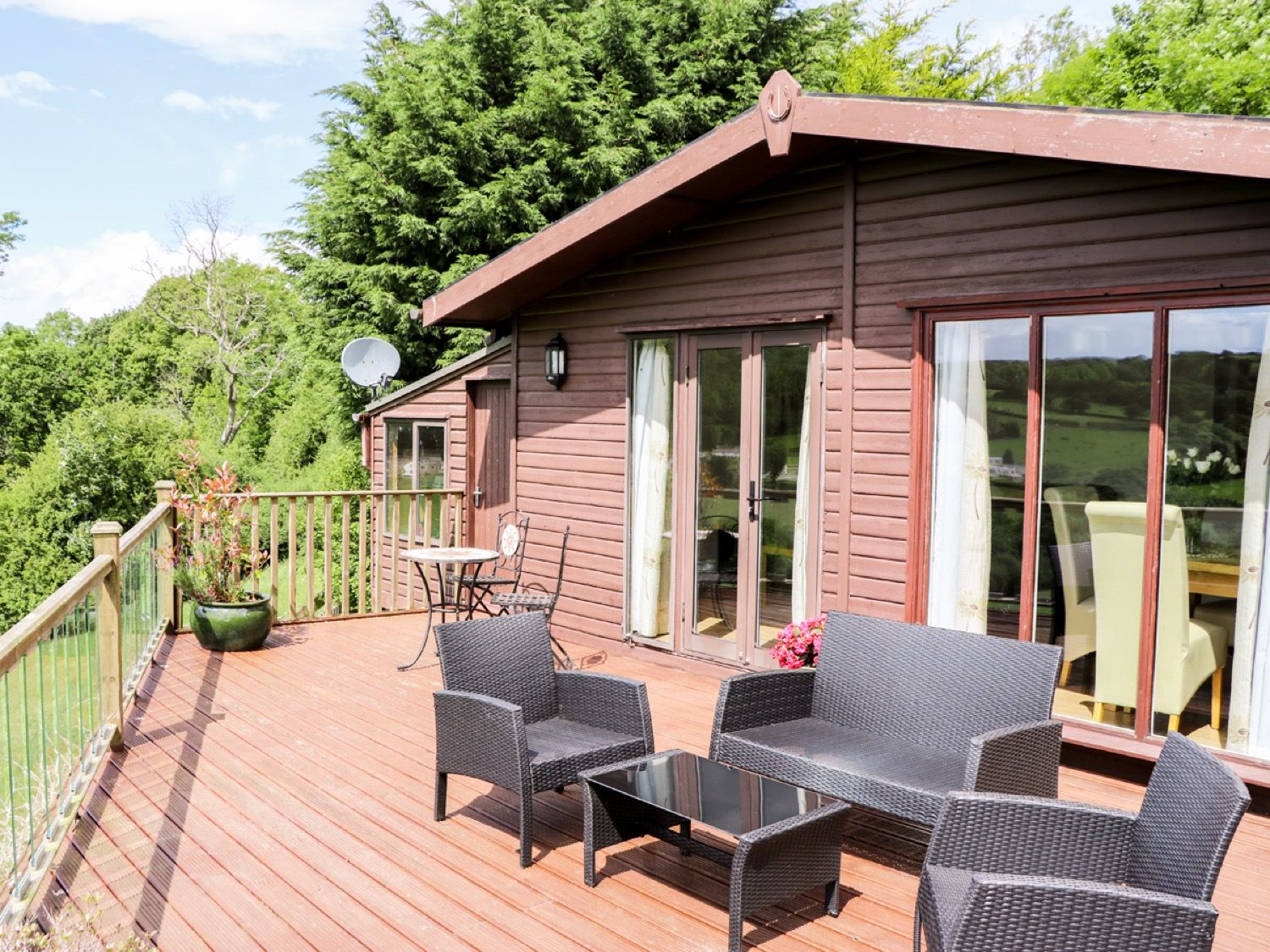 hire log cabins by the sea uk coastal holiday lodge rent sykes rh sykescottages co uk