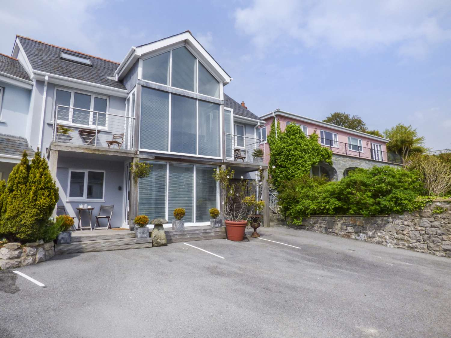 the mushroom house tenby tenby dinbych y pysgod self catering rh sykescottages co uk tenby holiday cottage with pool