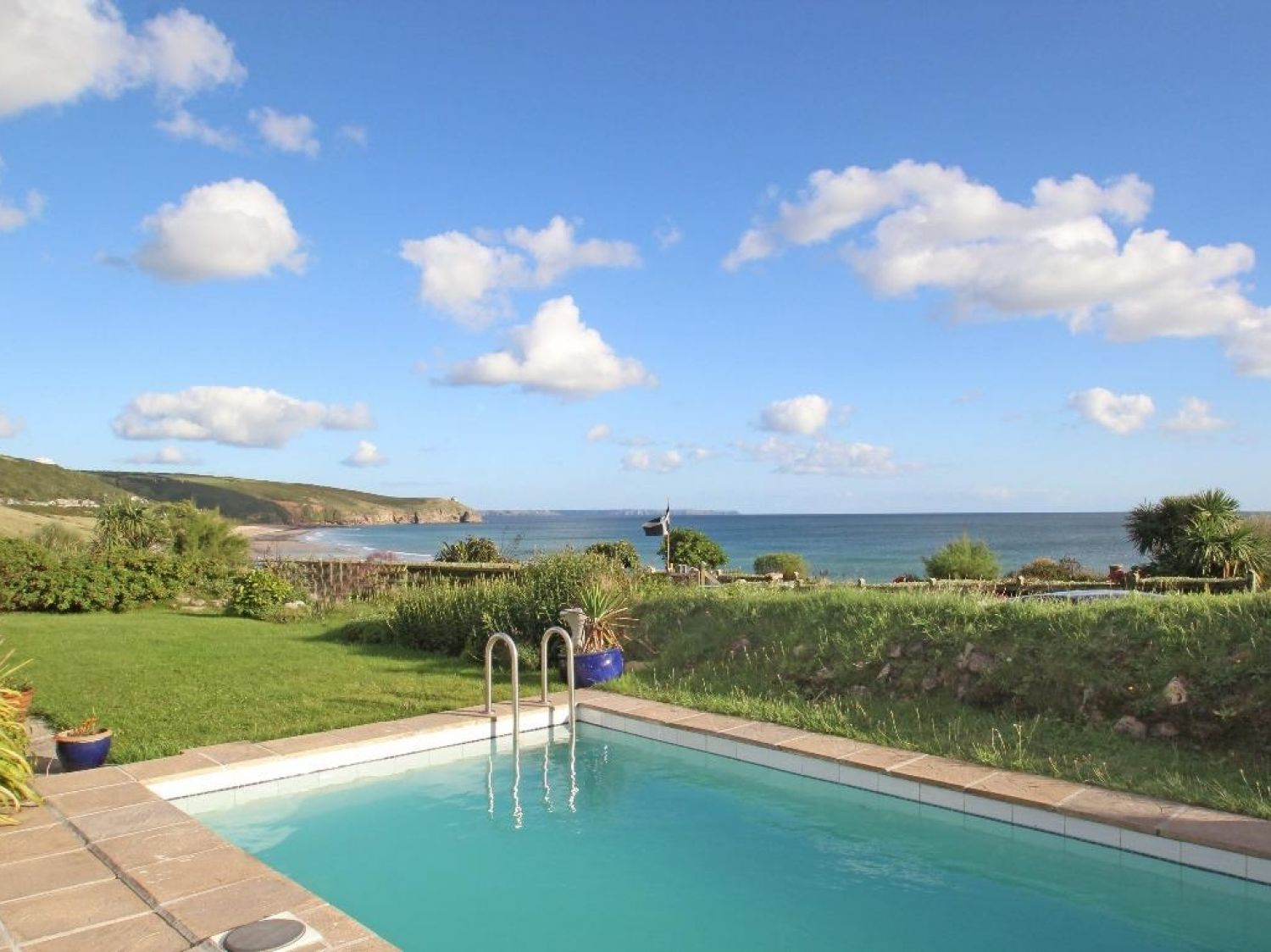 Beach house praa sands pengersick cornwall self catering holiday cottage for Holiday cottage cornwall swimming pool
