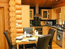 Cedar Log Cabin, Brynallt Country Park - Shropshire - 3623 - thumbnail photo 4