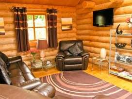 Cedar Log Cabin, Brynallt Country Park - Shropshire - 3623 - thumbnail photo 3